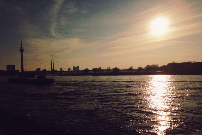 Blick auf dem Rhein in der Dämmerung
