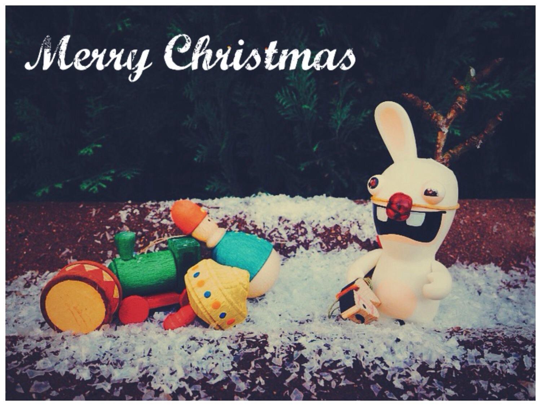 Hasenfigur mit Weihnachtsdekoration und Kunstschnee