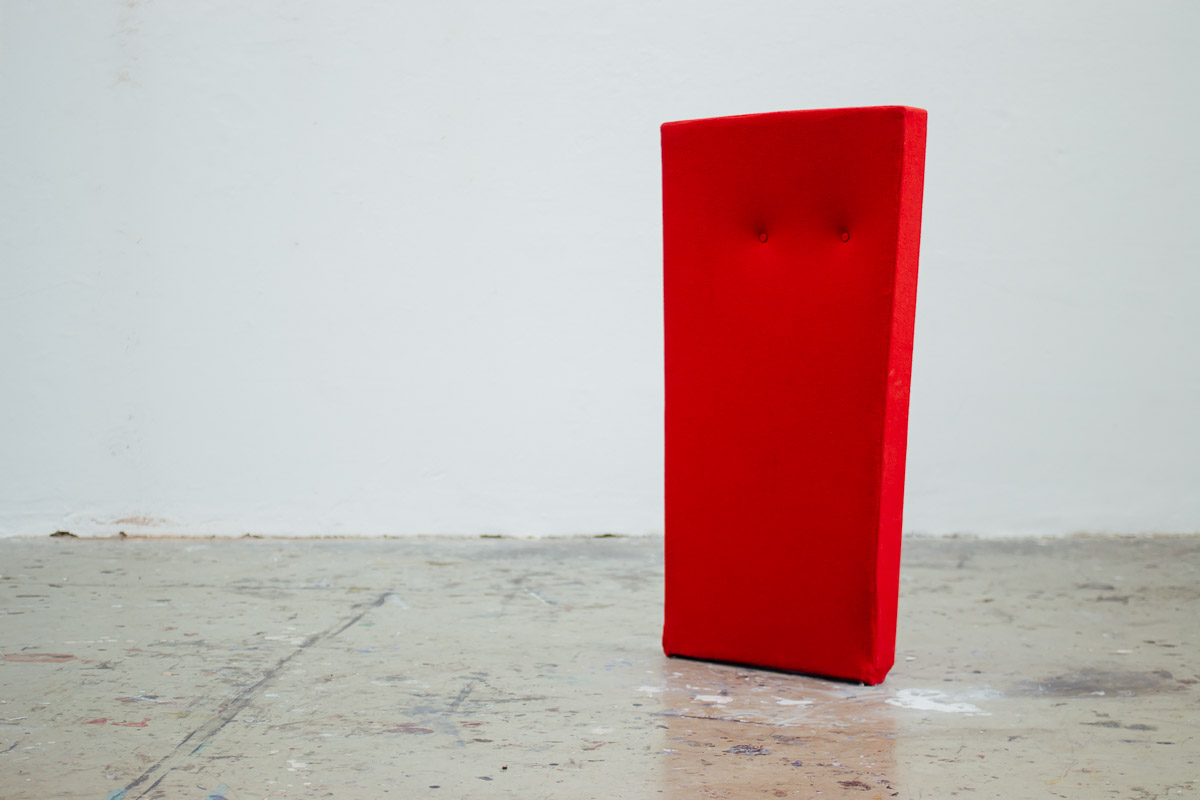 Roter Monolith aus Stoff