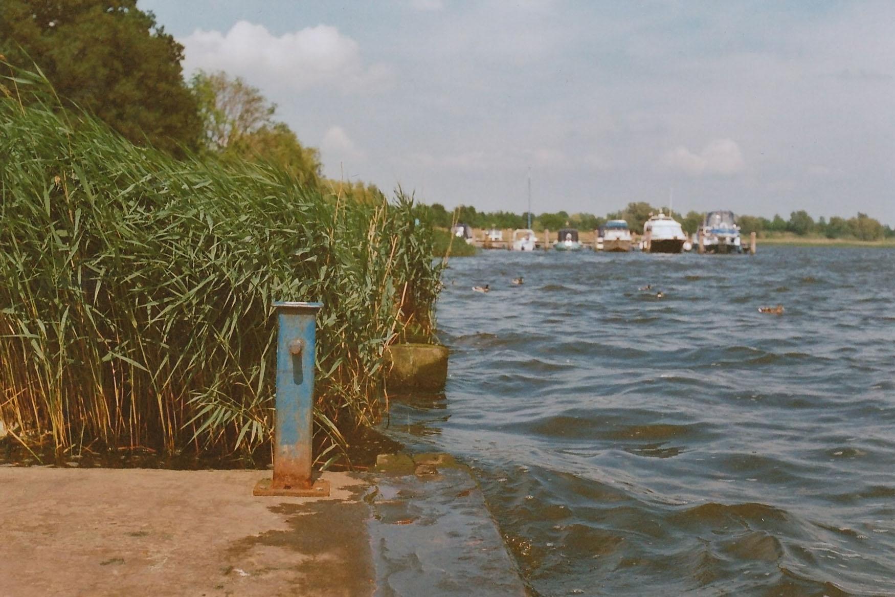 Blick auf Boote im Hintergrund