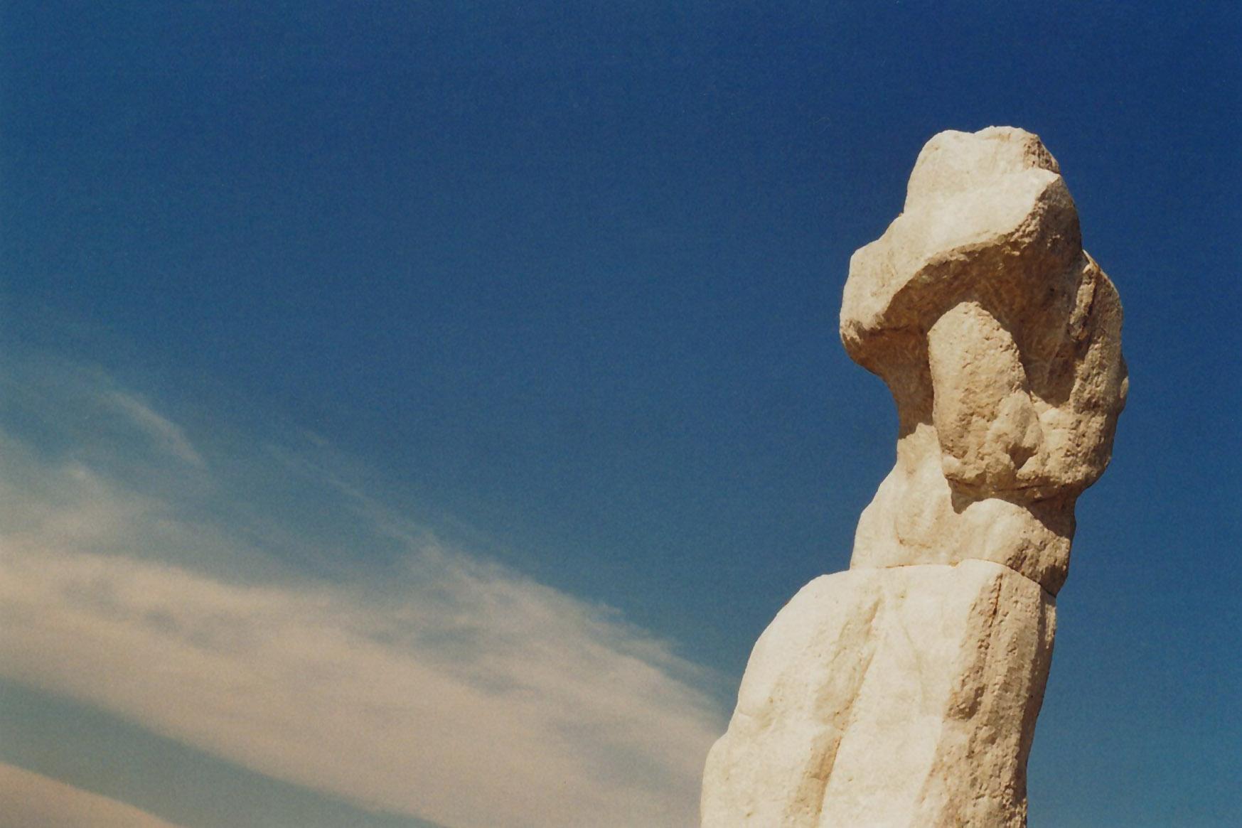 Steinskulptur und blauer Himmel