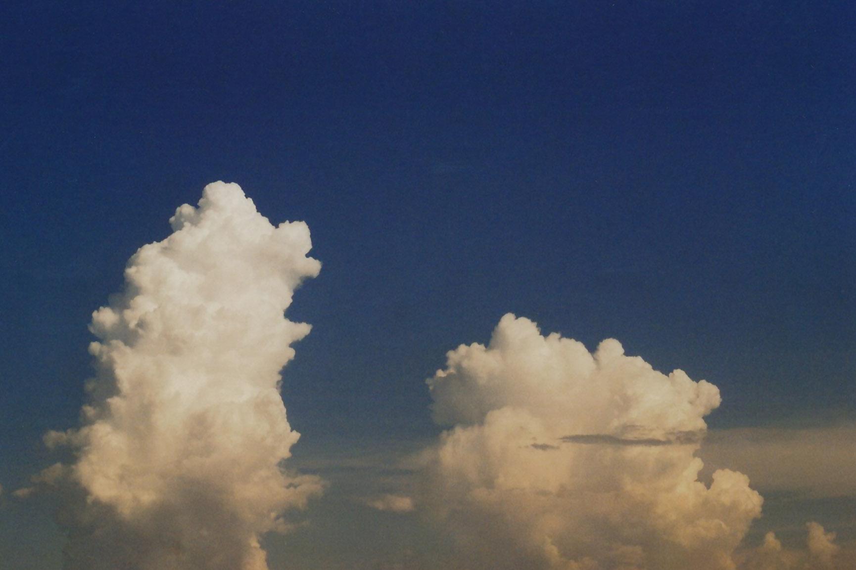 Zwei große Wolken und blauer Himmel