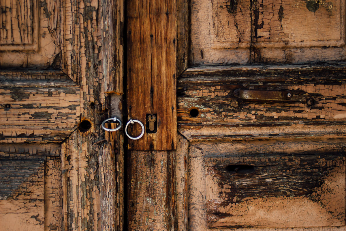 Verwitterte Holztür mit Ringverschluss