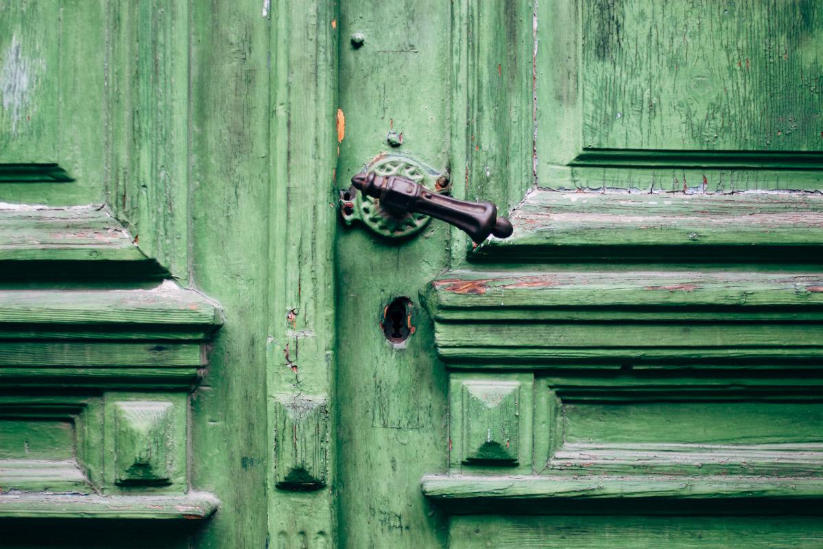 Alte grüne Tür mit Verzierungen