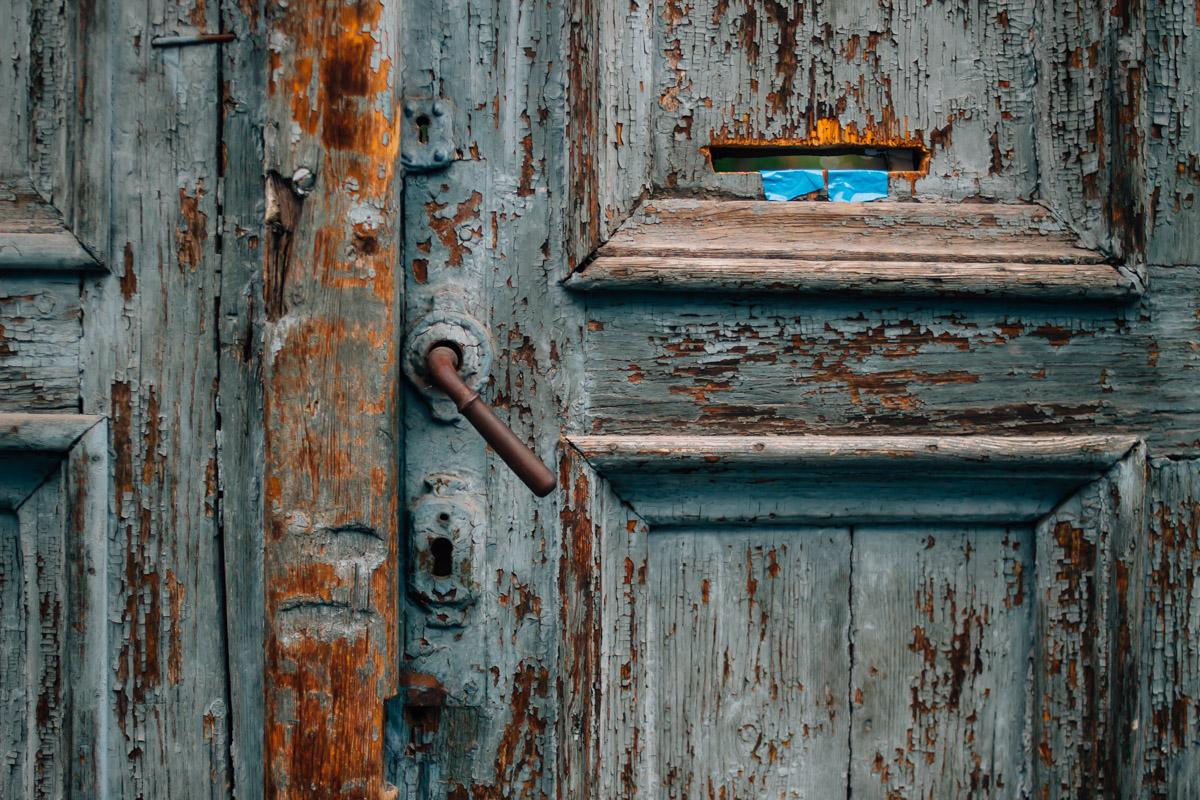 Alte blaue Holztür mit Briefschlitz