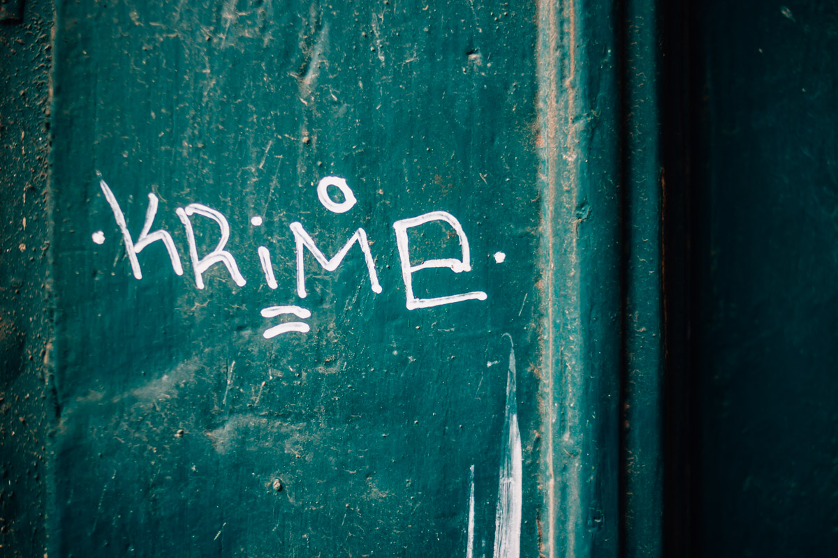 Weiße Schrift auf grüner Holztür