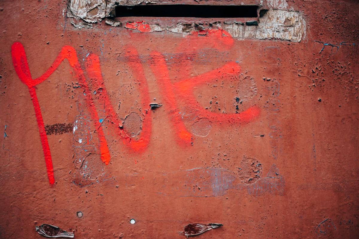 Rote Schrift auf roter Metalltür