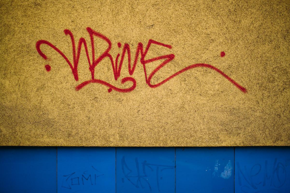 Rote Schrift auf gelber Wand