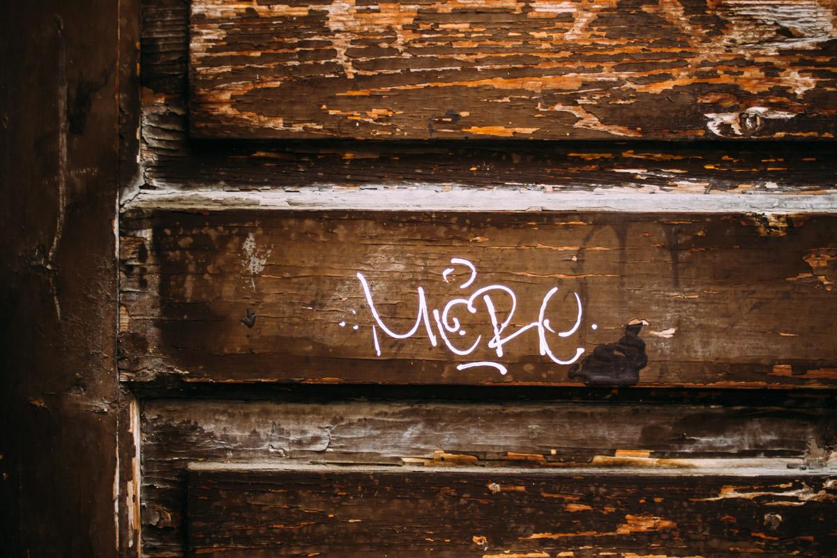 Weiße Schrift auf brauner Tür